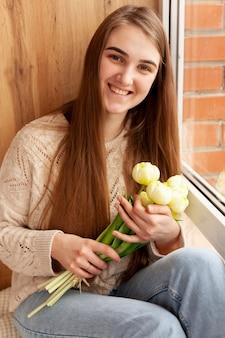 花を持つ高角少女
