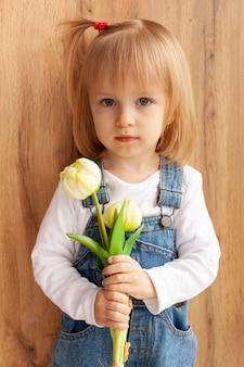 花と愛らしい少女