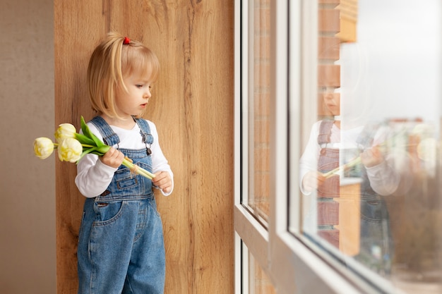 花を持つサイドビュー少女