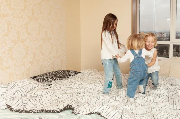 Высокий угол детей в постели