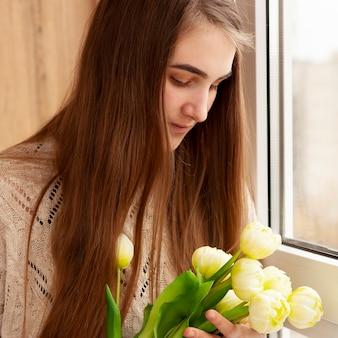 Макро мама с букетом цветов