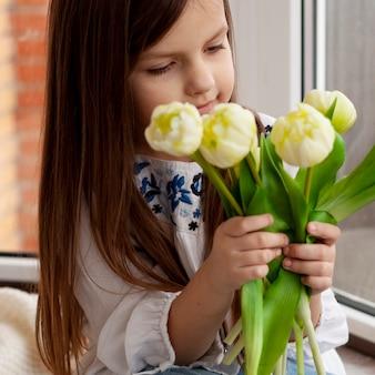 花を保持している小さな女の子