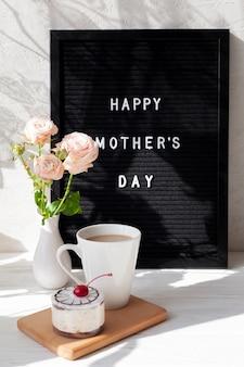 Высокий угол кофе и ваза с цветами