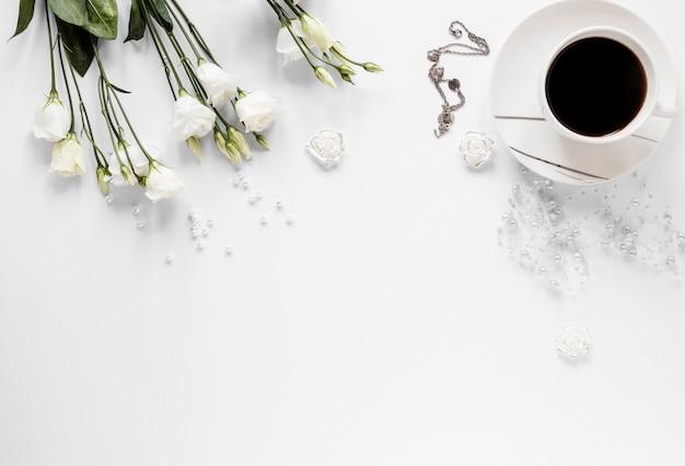 コピースペースコーヒーと花