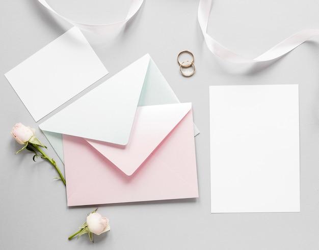 婚約指輪と結婚式の招待状