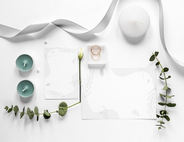 テーブルの上の結婚式の装飾品