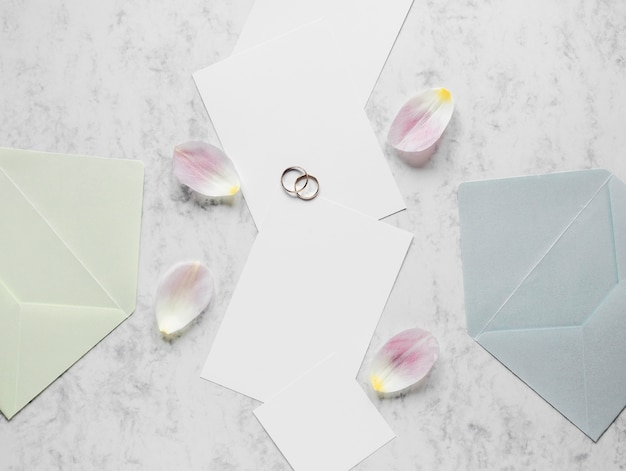 婚約指輪の横にある花びら