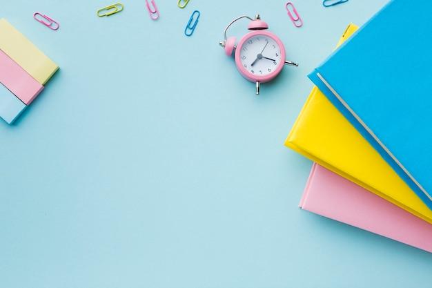 書籍と目覚まし時計のコピースペース
