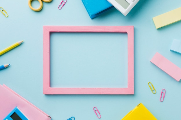 文房具と空白のフレーム