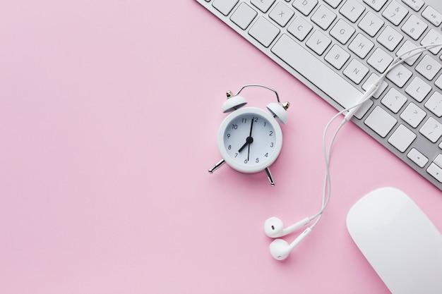 目覚まし時計と電卓のコピースペース