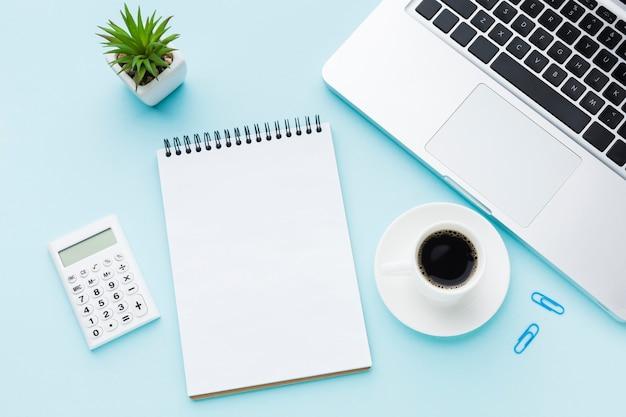 空白のメモ帳と電卓のトップビュー