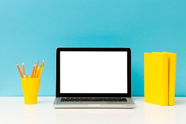 Пустой ноутбук и карандаши