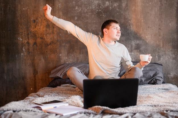 Портрет молодого человека, случайно работающего из дома