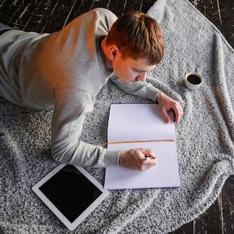 Молодой предприниматель работает на дому