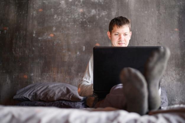 自宅で仕事をするプロの成人男性