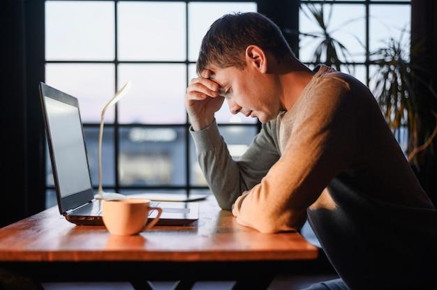 Вид сбоку взрослый мужчина устал от работы