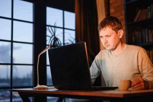 Взрослый мужчина работает из дома