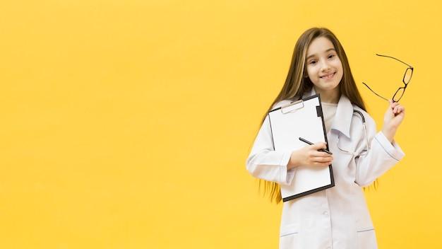 空のクリップボードコピースペースを保持している女の子