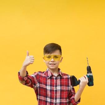 親指を現して建設少年