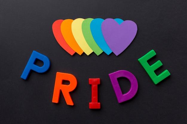 Гордость с красочными бумажными сердечками