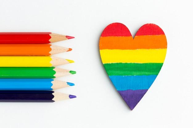 Радужный флаг гордости из карандашей и сердца