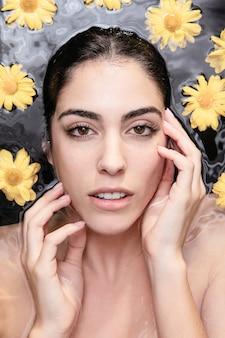 Портрет красивой женщины, наслаждаясь уходом за кожей