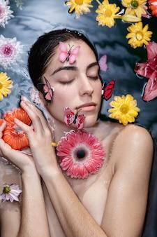 Красивая молодая женщина позирует в спа
