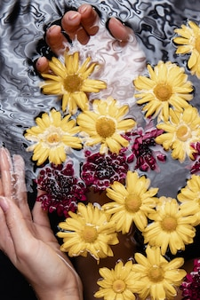 Макро рука с терапевтическими цветами в спа-салоне