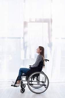 車椅子のサイドビュー女性