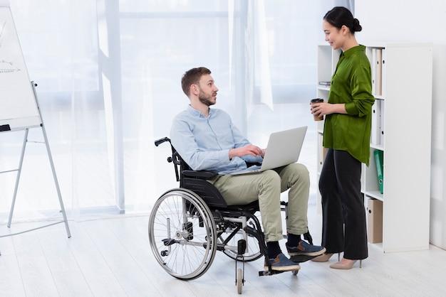 車椅子のフルショット男