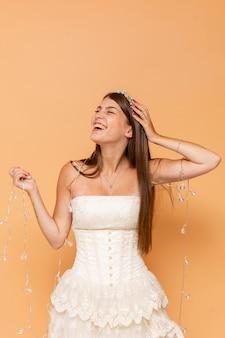 Улыбающаяся девушка-подросток празднует свою пышную муку во время позирования