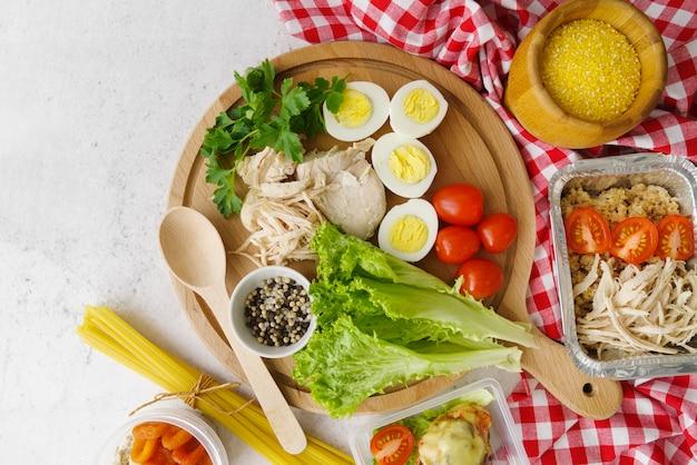 Плоская кладка вкусной еды на тарелку