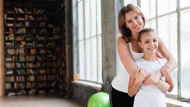 Середина выстрела мать обнимает дочь