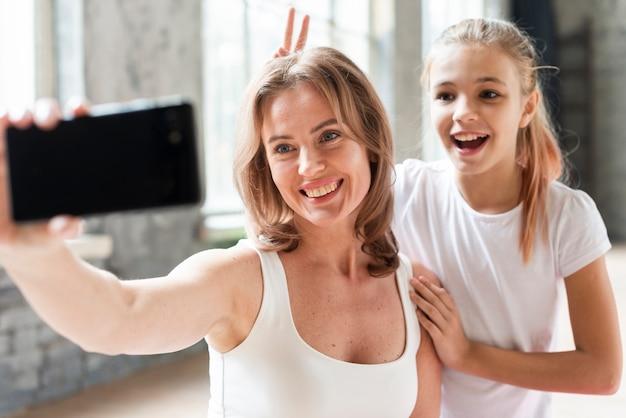 Мать и дочь, принимая смешные селфи