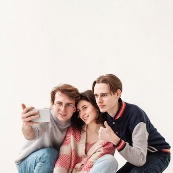 Копия-пространство друзей-подростков, принимающих селфи