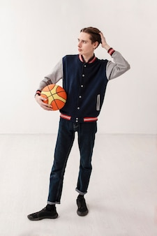 バスケットボールのボールを持つ高角少年