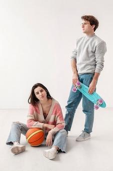 Друзья со скейтбордом и баскетбольным мячом