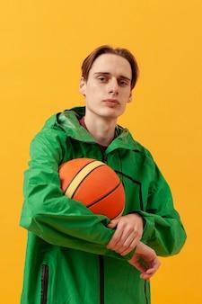 バスケットボールを保持している少年