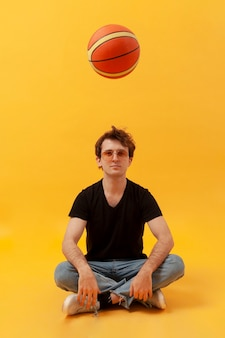 Подросток играет с баскетбольным мячом
