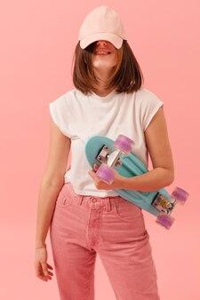 Смешная девчонка со скейтбордом