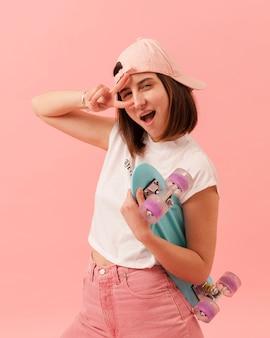 スケートボードで遊び心のある女の子
