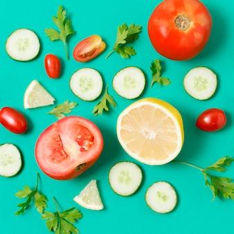 テーブルの上のクローズアップの新鮮野菜