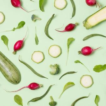 Вид сверху ассортимент свежих овощей на столе