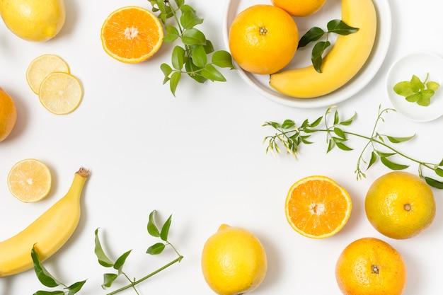 Вид сверху органические фрукты и овощи на столе