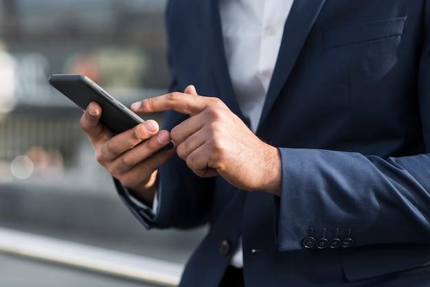クローズアップビジネスの男性とモバイル