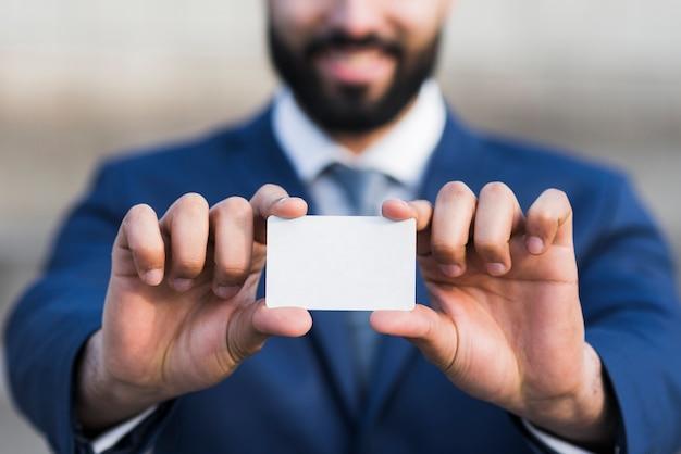 ビジネスカードを持ってビジネス男