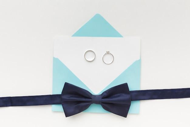 トップビューの結婚式の婚約指輪と弓