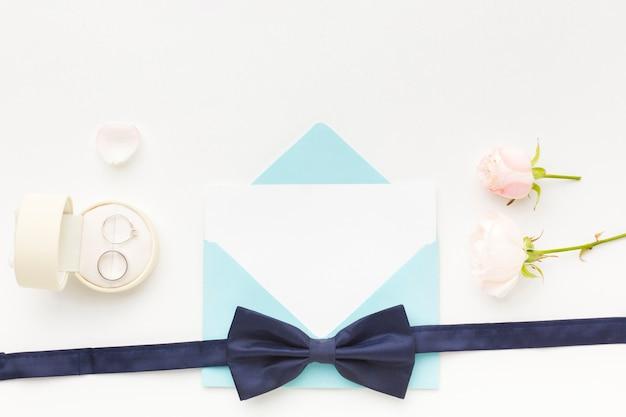 結婚式の招待カードと弓