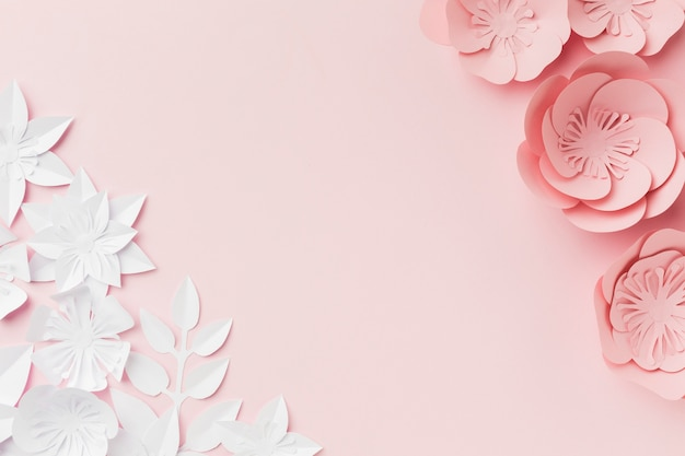 Розовые и белые бумажные цветы