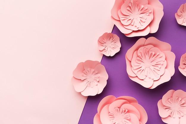 テーブルの上のコピースペース芸術的な紙の花
